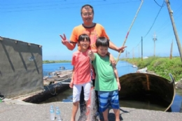 一家人一起釣魚抓螃蟹