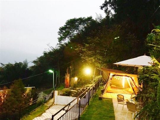 在花園露營