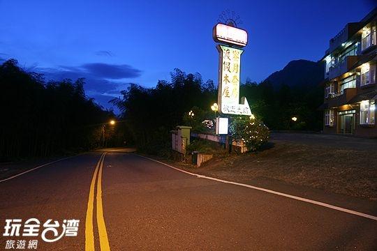 溪之頭渡假山莊位於溪頭森林遊樂區大門口