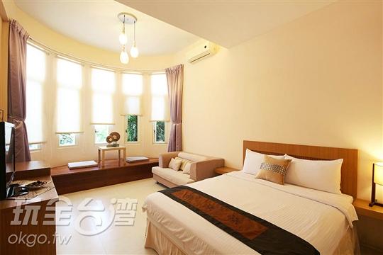 一雙人大床,西面有五個可向外推開的氣密窗戶,窗旁有日式休閒...